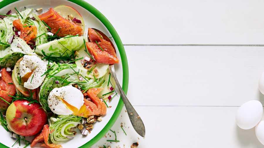 Salat med varmrøkt laks, posjerte egg og eple
