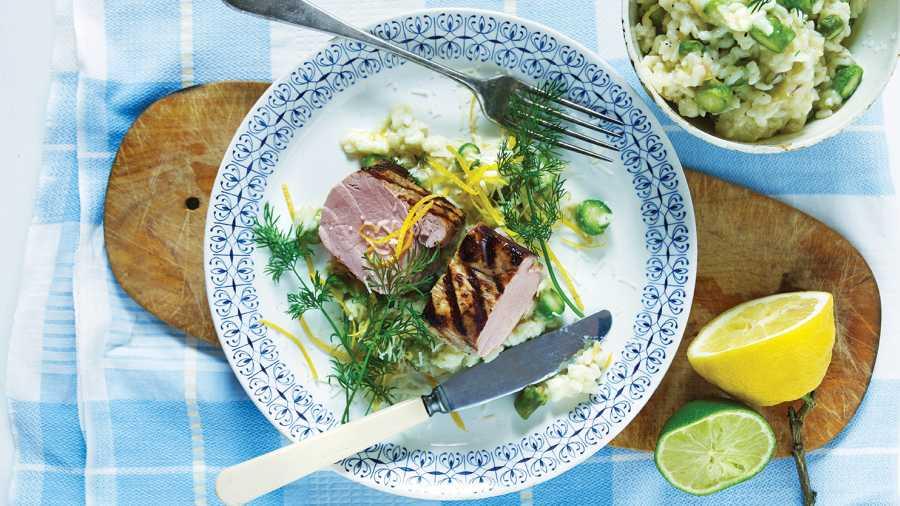 Grillet svinefilet og risotto med grønne asparges og dill
