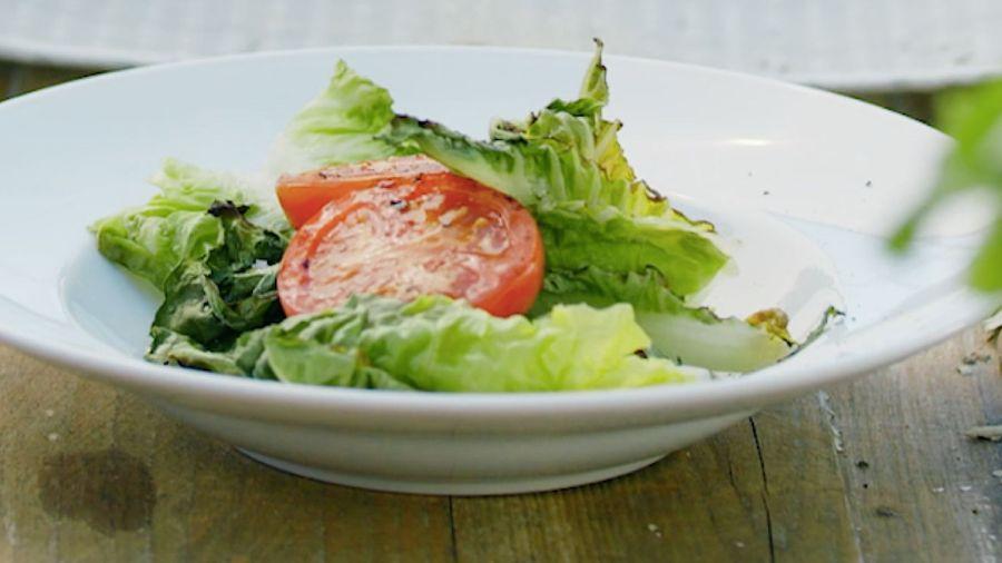 Grillet hjertesalat med tomat