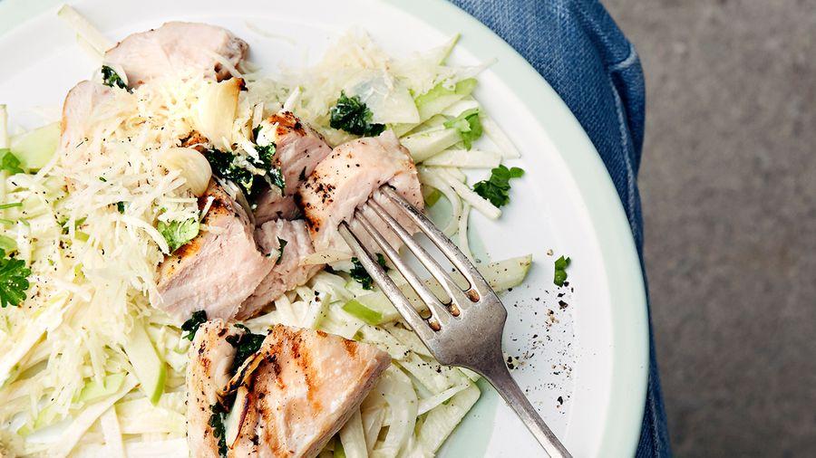 Persille- og hvitløksgrillede kyllingfileter med coleslaw av eple, fennikel og sellerirot