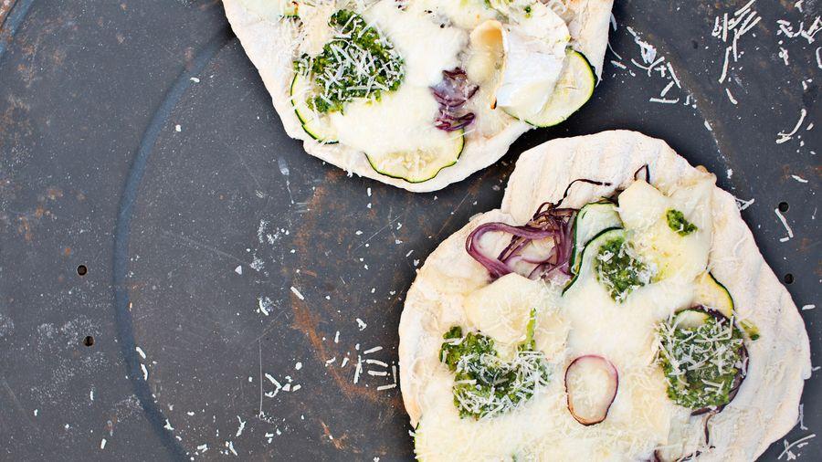 """Pizza på grillen """"3 Formaggio"""" med pesto"""