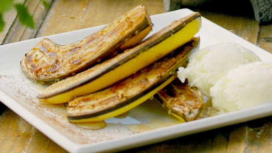 Grillet banan med honning og vaniljeis