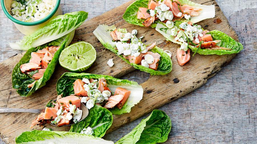 Laksetartar i salatblad med cottage cheese og reddiker
