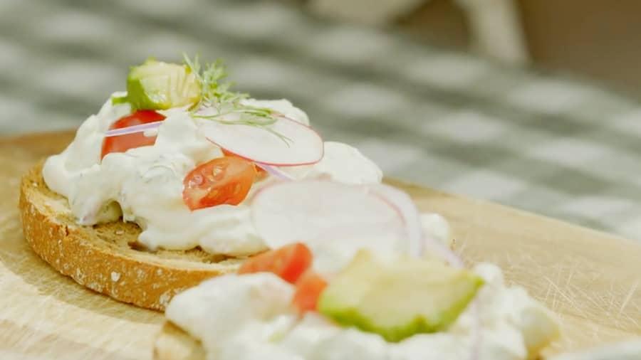 Sommerlig toast med reker og Tabasco