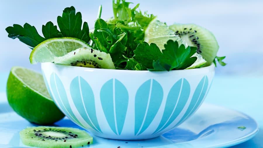 Sprø salat med revet kiwi og persille