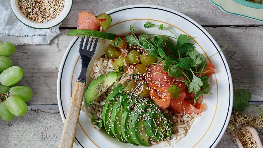 Pokebowl med røkt laks, druer og avokado