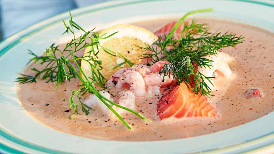 Sommerlig fiskesuppe med reker og laks