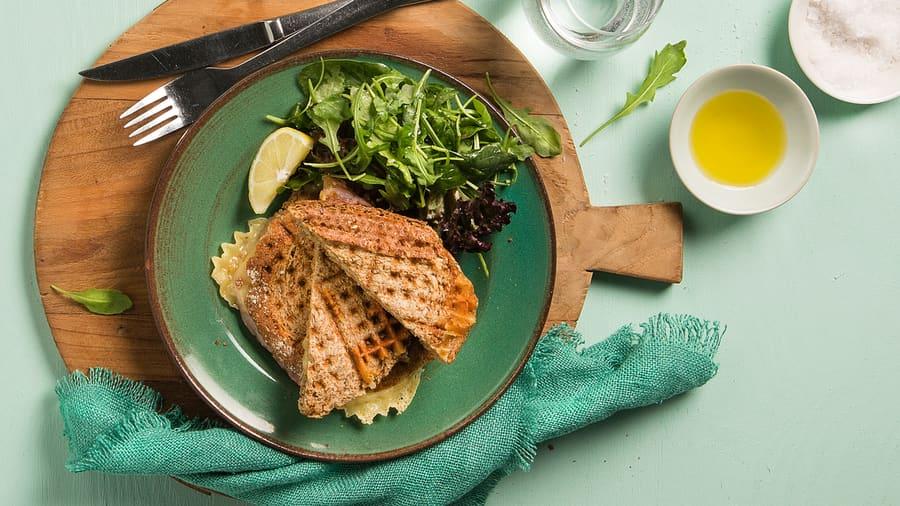 Ostesmørbrød laget i vaffeljern med salat