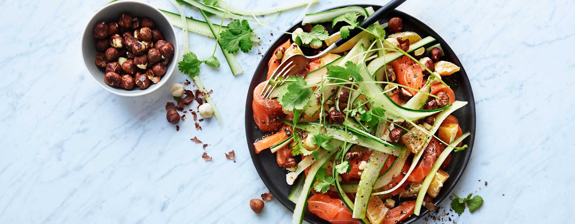 Lakse- og klementinsalat med koriander og hasselnøtter