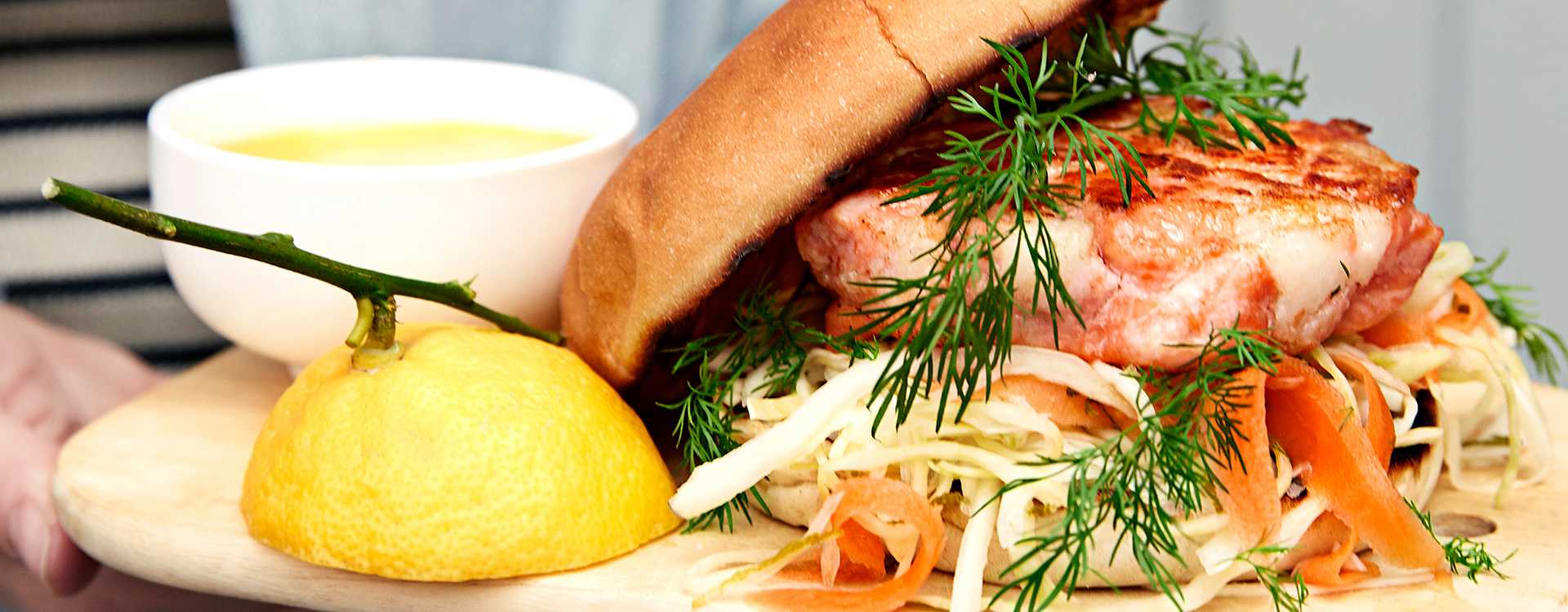 Grillet fiskeburger med dillmarinert kål- og gulrotsalat og aioli