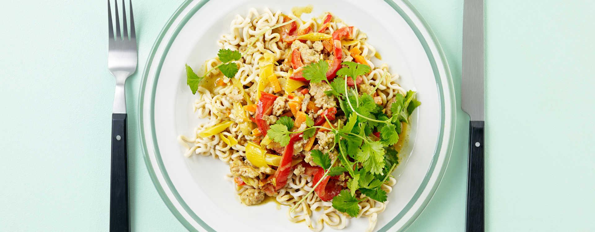 """Asiatisk """"bolognese"""" i kokosmelk og karri med grønnsaker og nudler"""