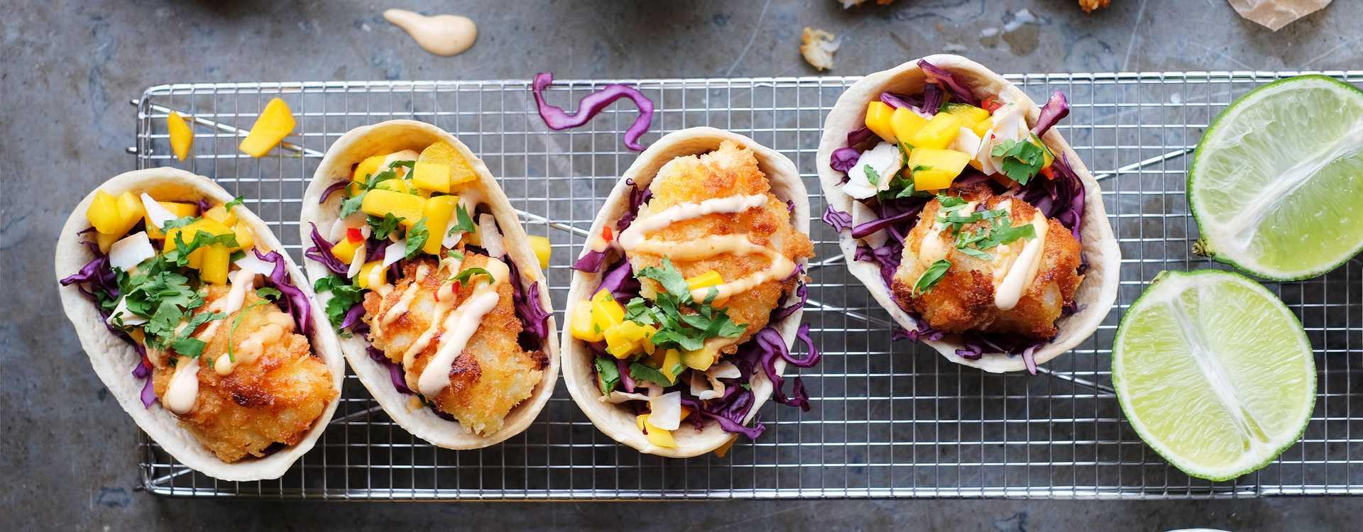 Friterte fisketacoer med hot mayo, mangosalsa og kokosflak