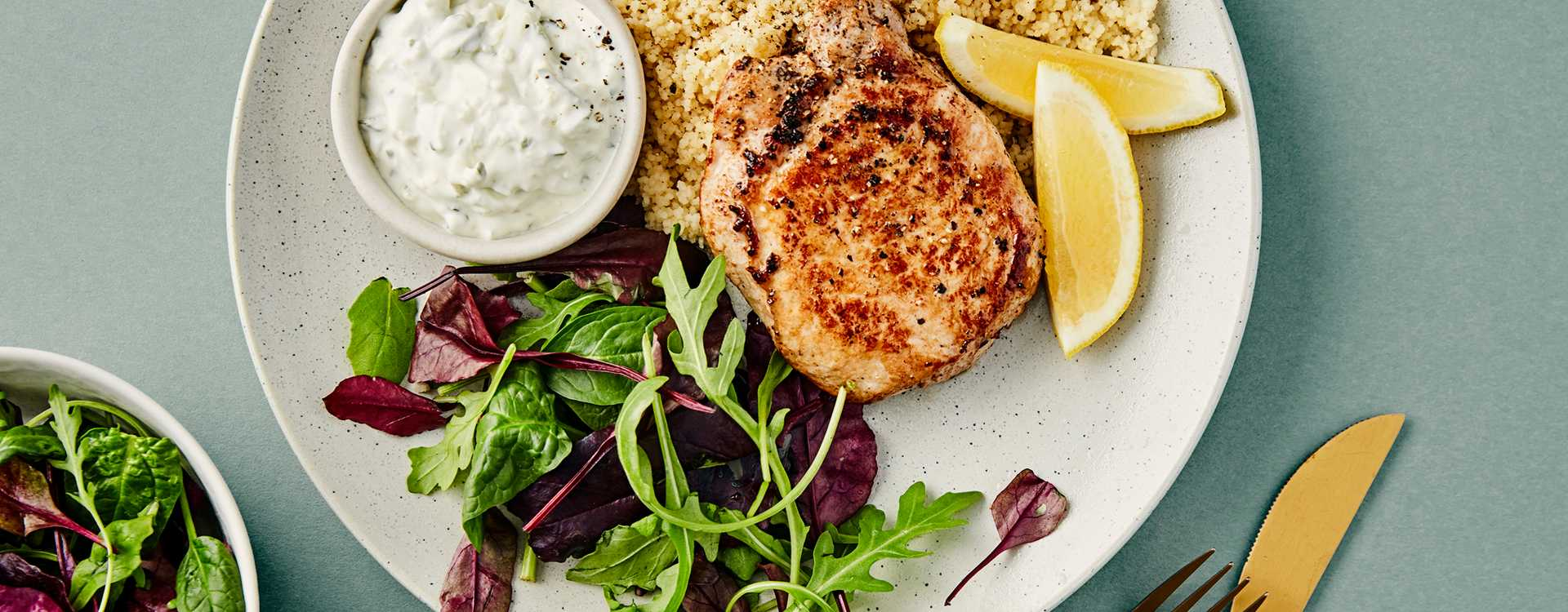 Svinefilet med couscoussalat og tzatziki