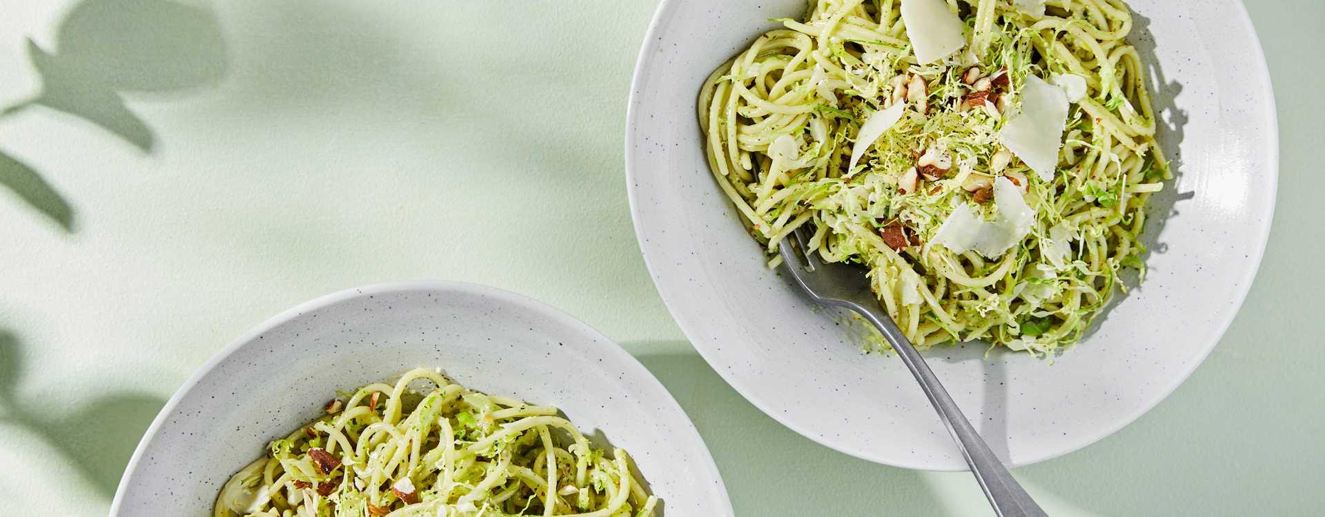Spaghetti med rosenkål og basilikum- og mandelpesto