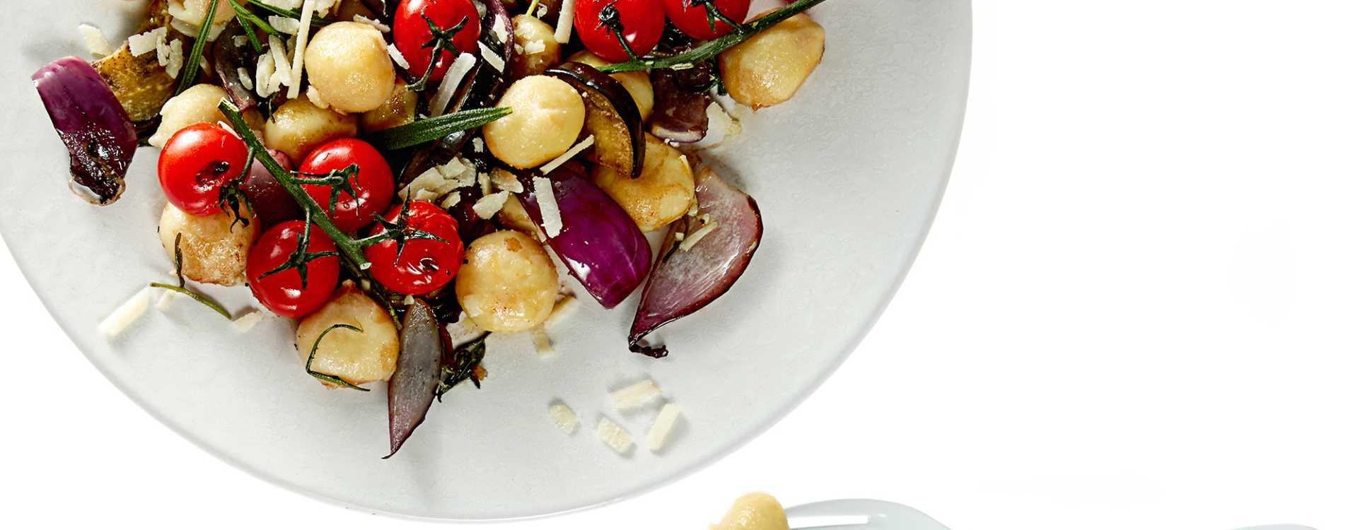 Gnocchi med tomater, aubergine og grana padano
