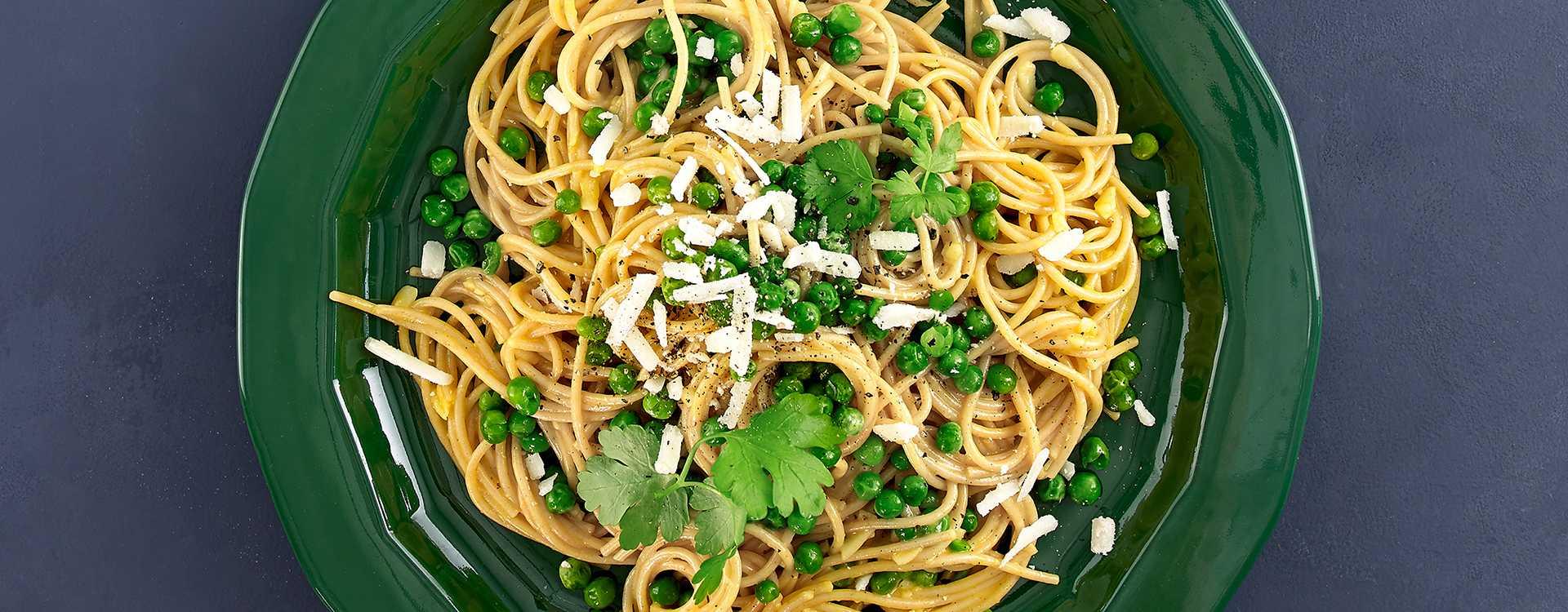 Pasta a lá carbonara med grønne erter og persille