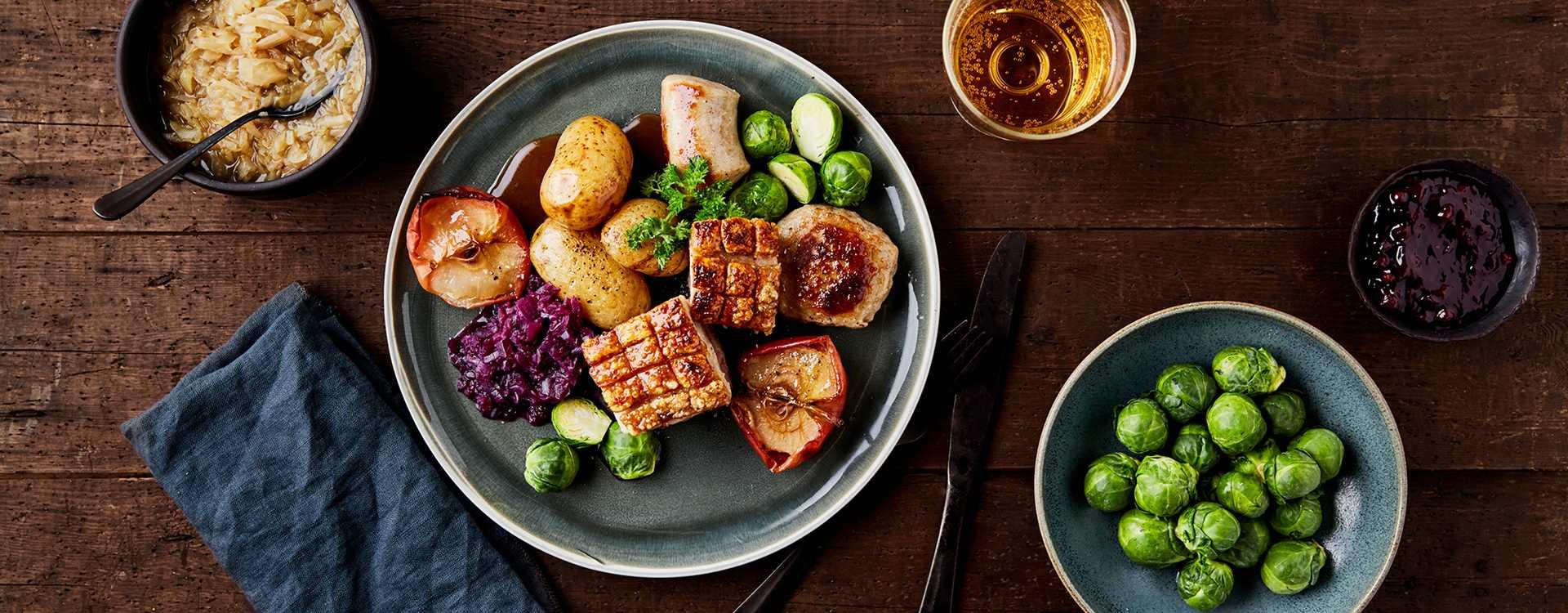 Klassisk ribbe med poteter, brun saus, rødkål, tyttebær, surkål, medisterkaker og julepølse