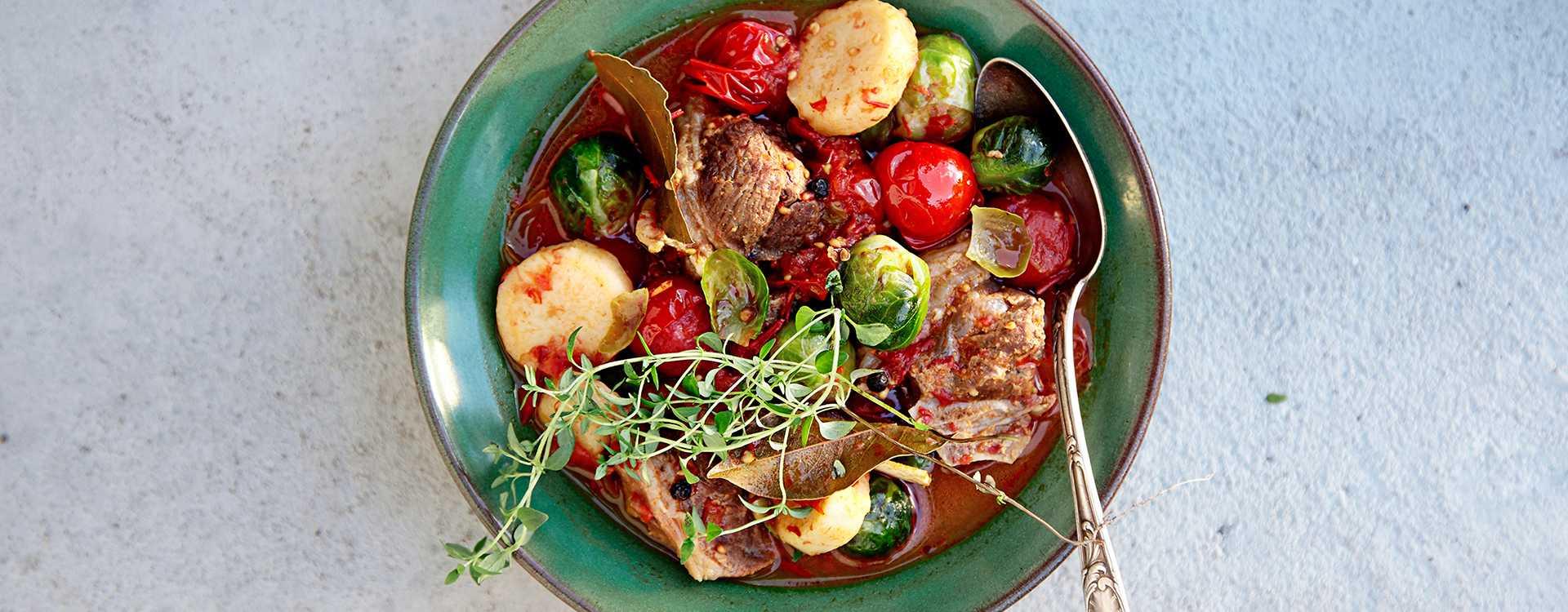Fårikål med tomater og timian