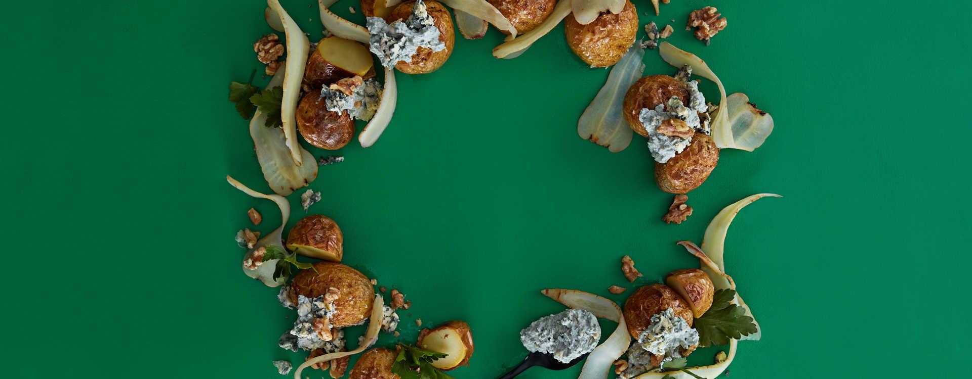 Bakte poteter med blåmuggost, valnøtter og persillerot