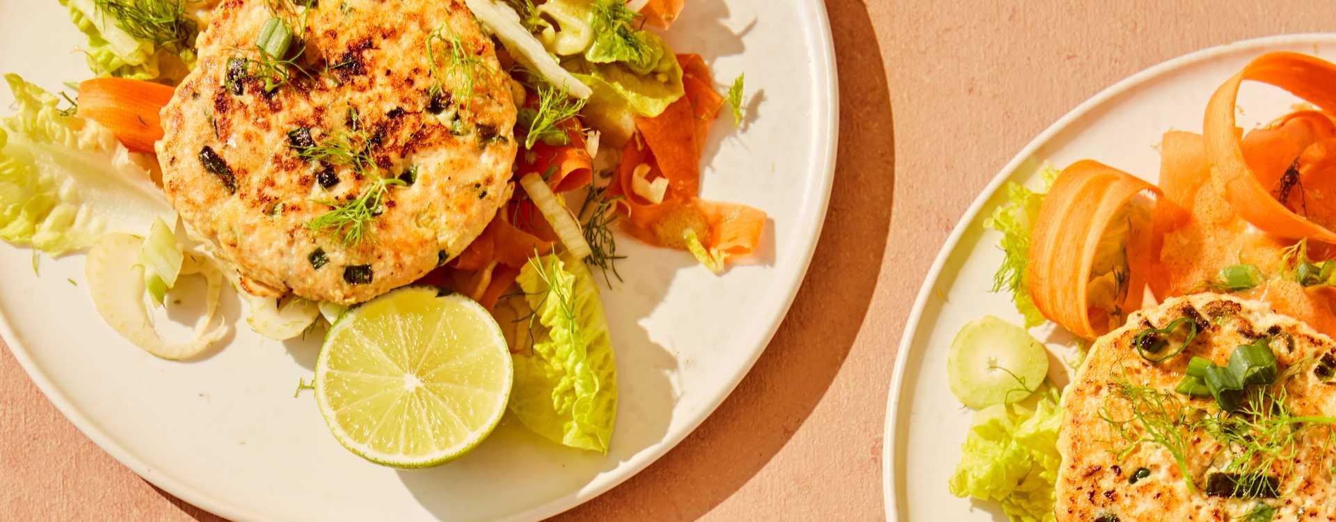Hjemmelagde fiskekaker med fennikel- og gulrotsalat