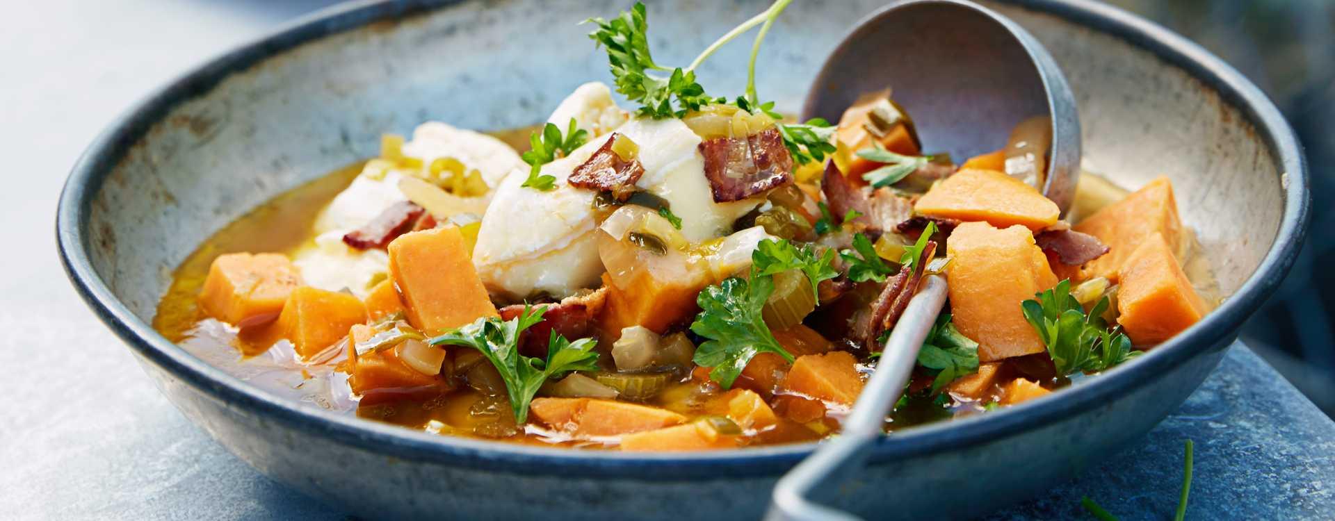 Klar suppe av søtpotet og stangselleri med varm brieost