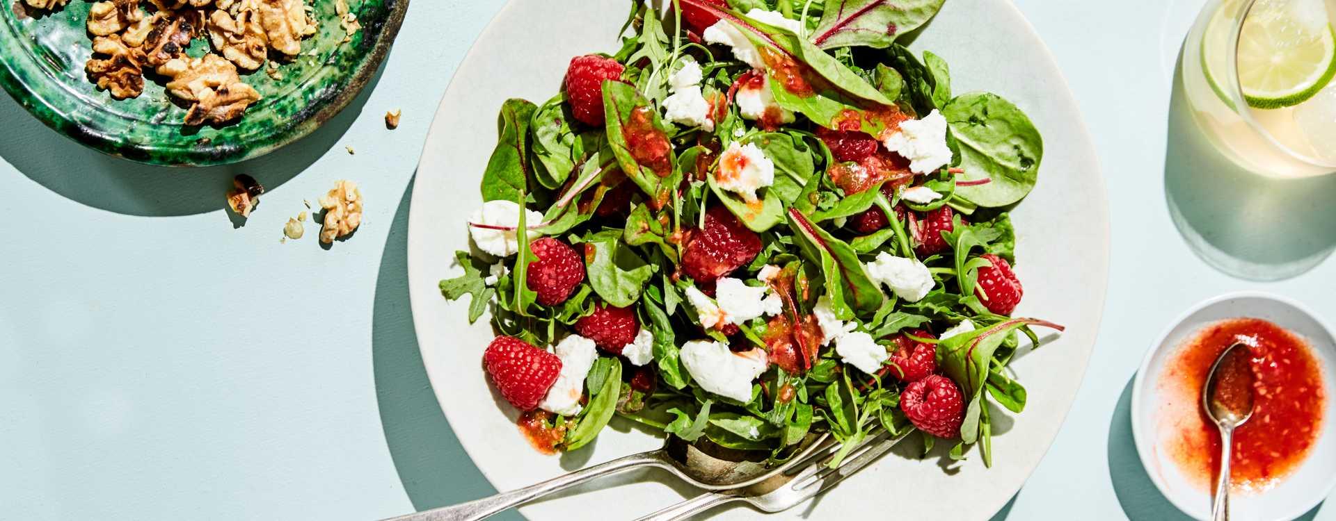 Salat med chèvre og bringebær-vinaigrette
