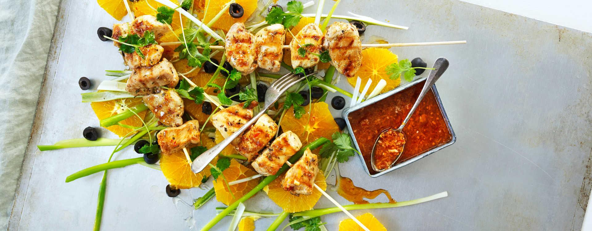 Tacokrydret kyllingspyd med appelsin-og olivensalat