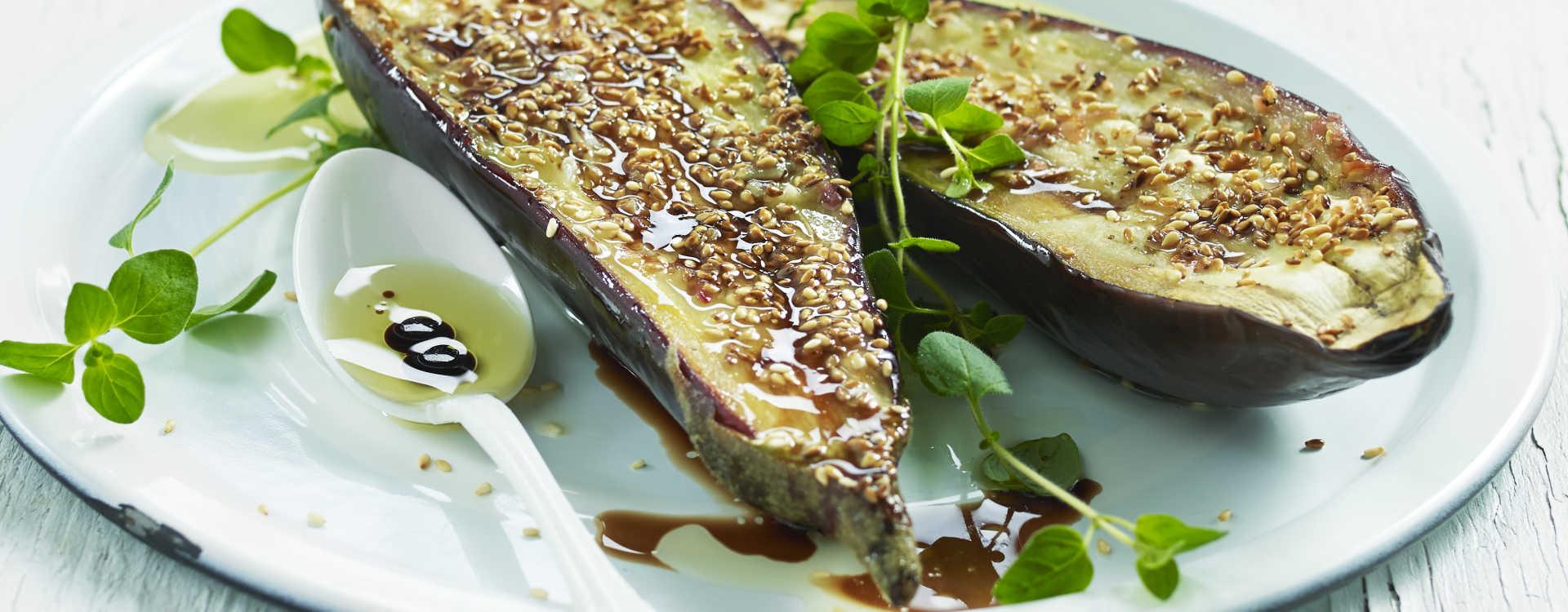 Stekt aubergine med sesamfrø og balsamicoeddik