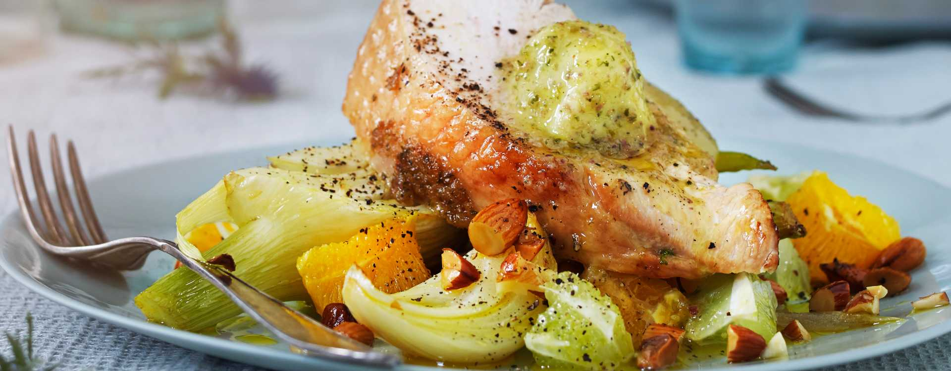 """""""BBQ-baked"""" kalkunfilet med fennikel, sitrus og mandel"""