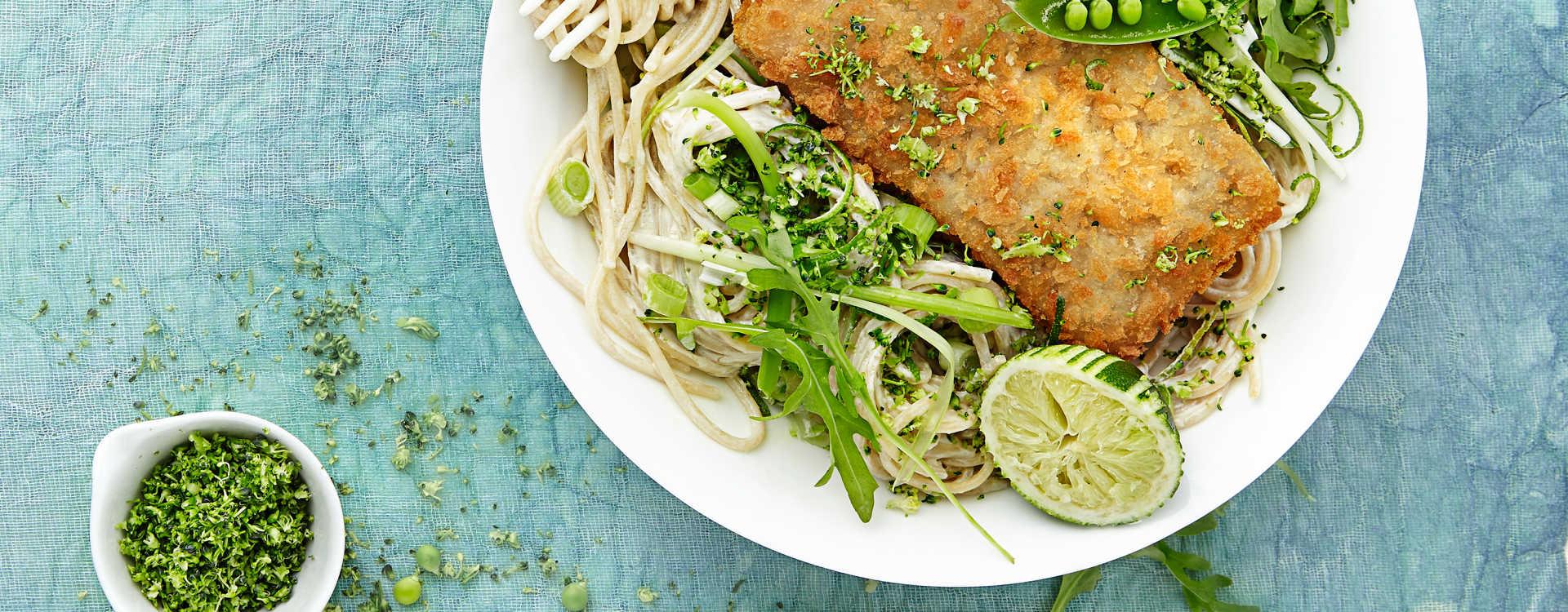 Panert sei med kremet limepasta og ferske grønnsaker