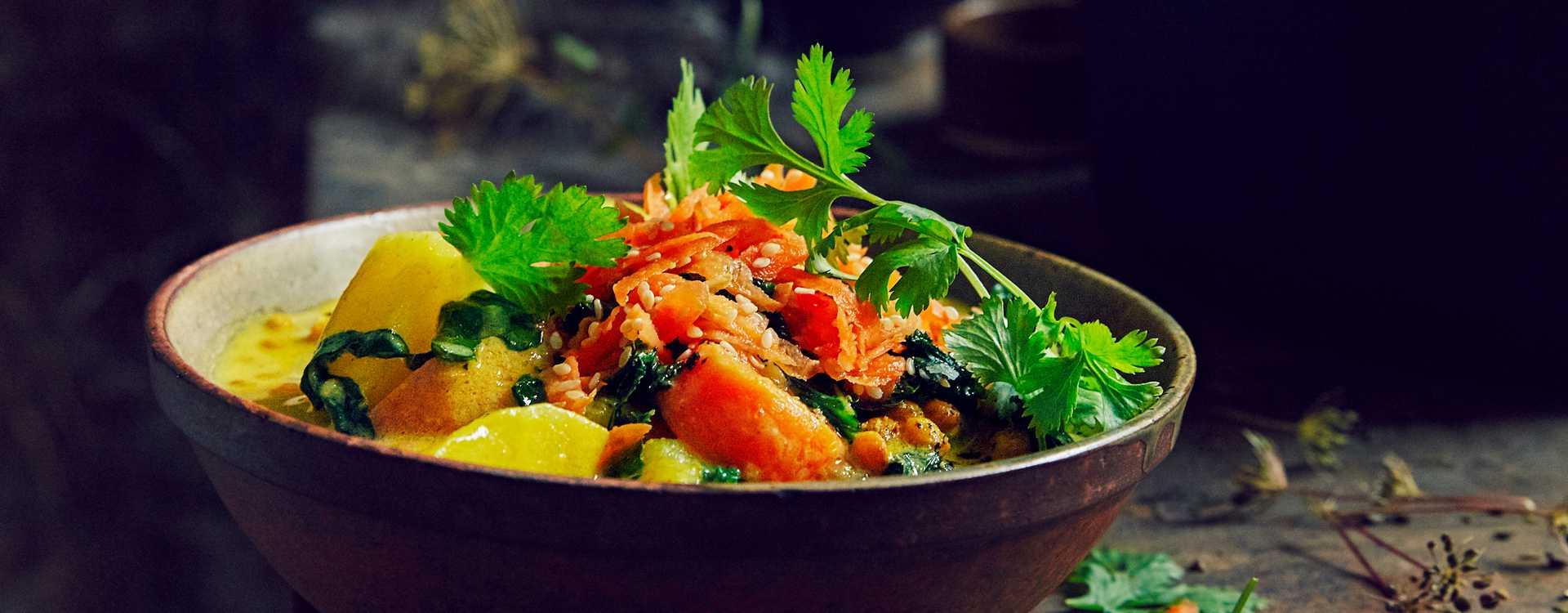 Grønnsakssuppe med søtpoteter, karri og kokosmelk