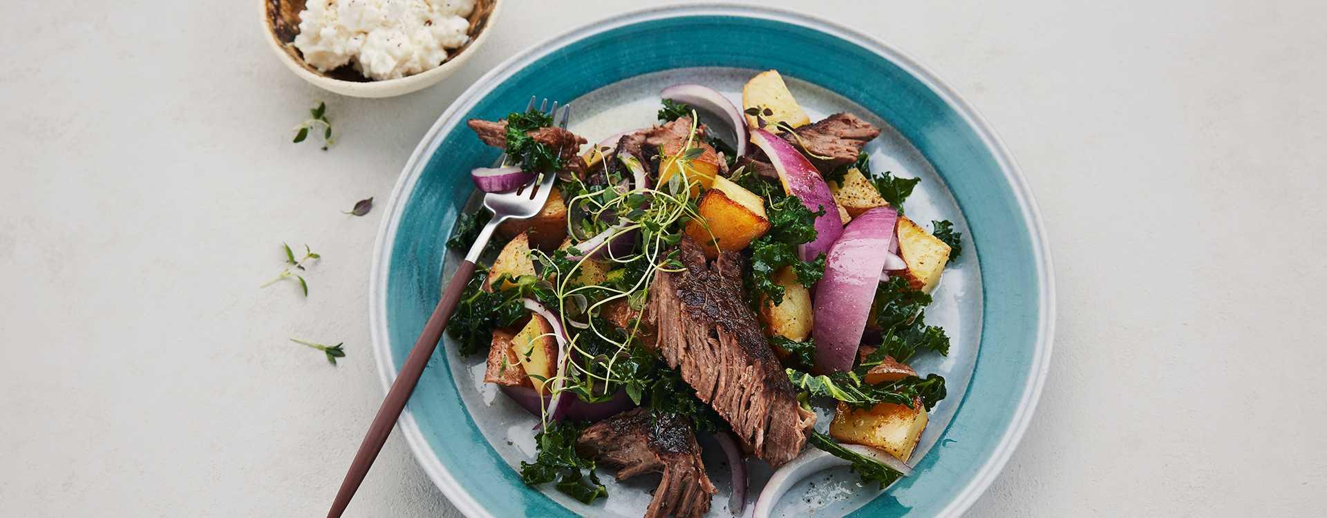 Lun salat med ristede poteter, høyrygg og fetaostkrem