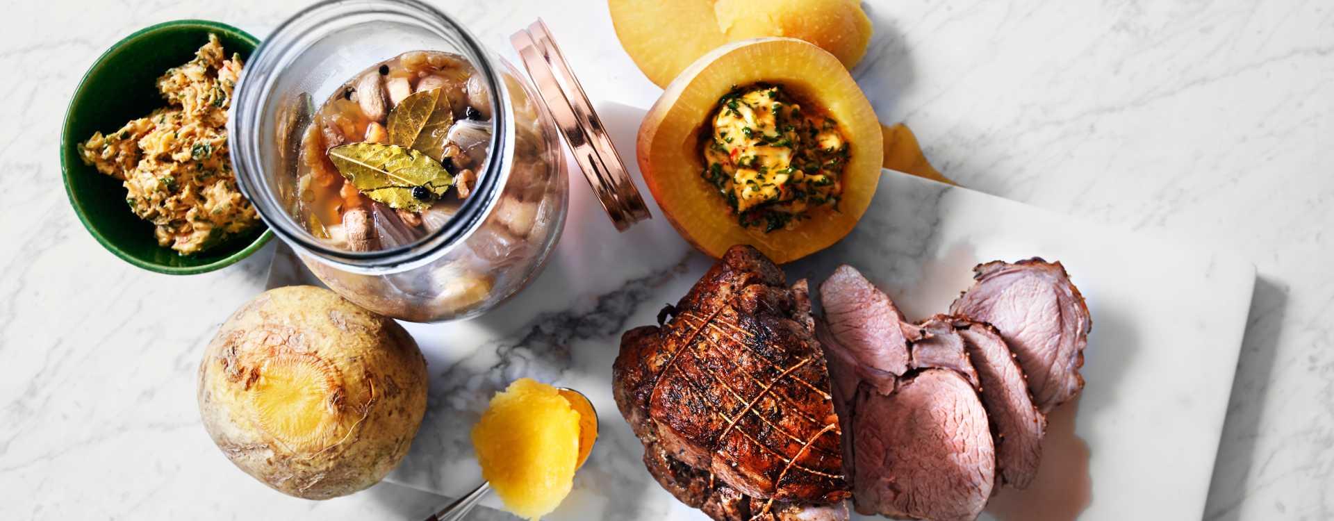 Helstekt lammestek med syltede sjampinjonger og bakt kålrot