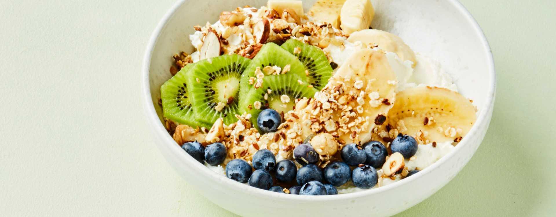 Yoghurtbowl med müsli, frukt og bær