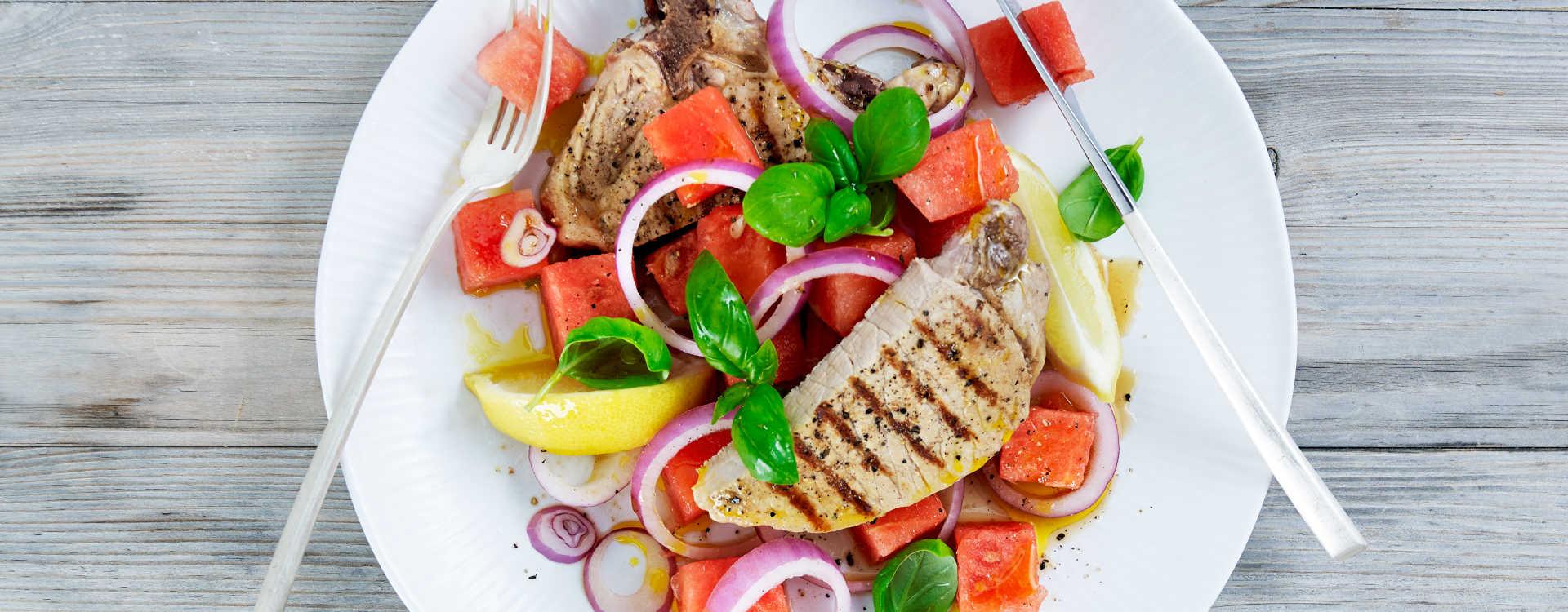 Svinekoteletter med melon og rødløksalat