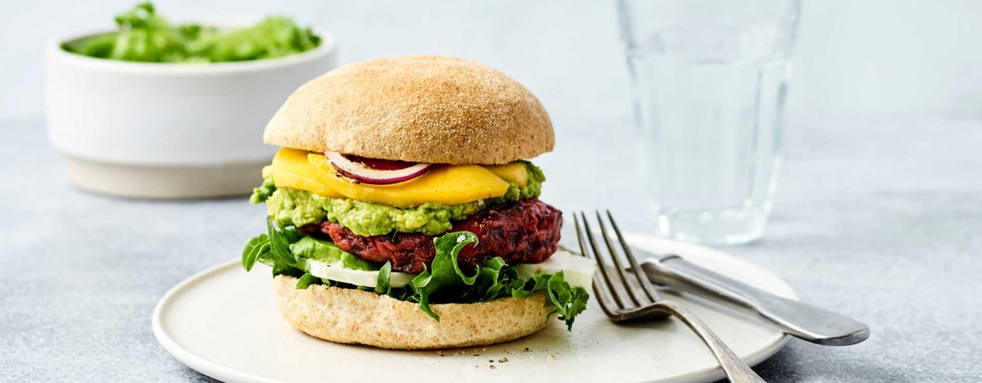 Rødbetburger med avocadorøre og mango