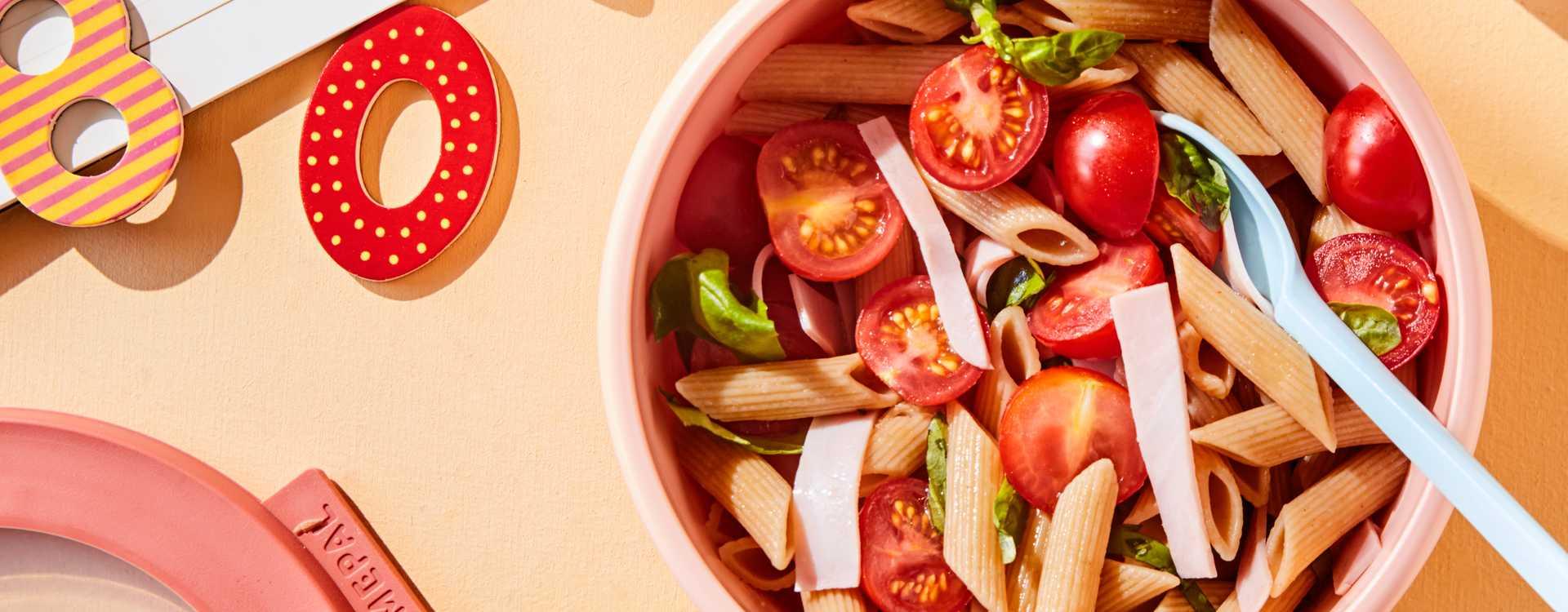 Pastasalat med tomater, basilikum og skinke