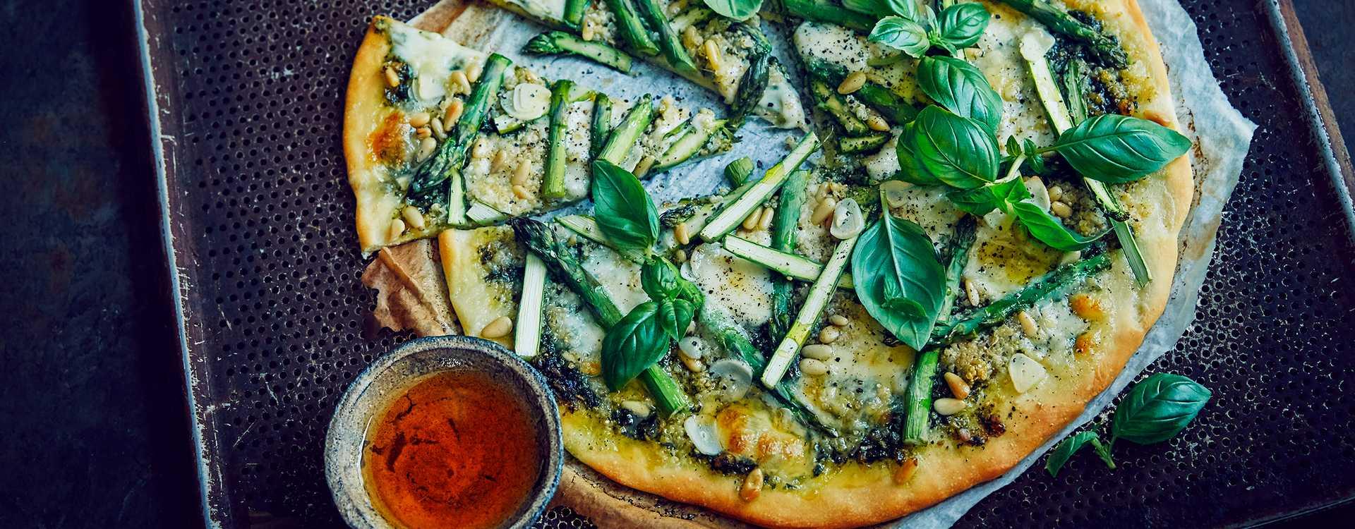 Pizza med pesto og asparges