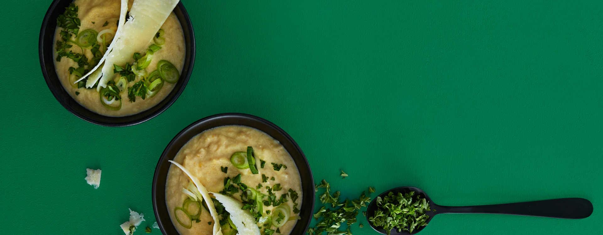 Maissuppe med vårløk og persille