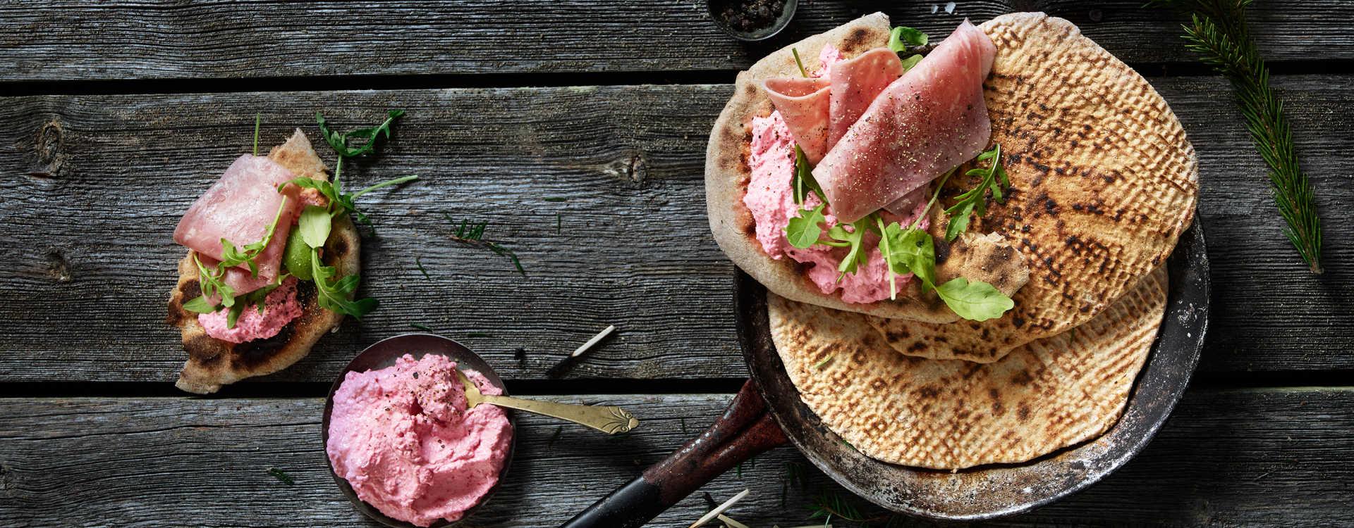 Adventsbrød med rødbetekrem og salat med lammerull