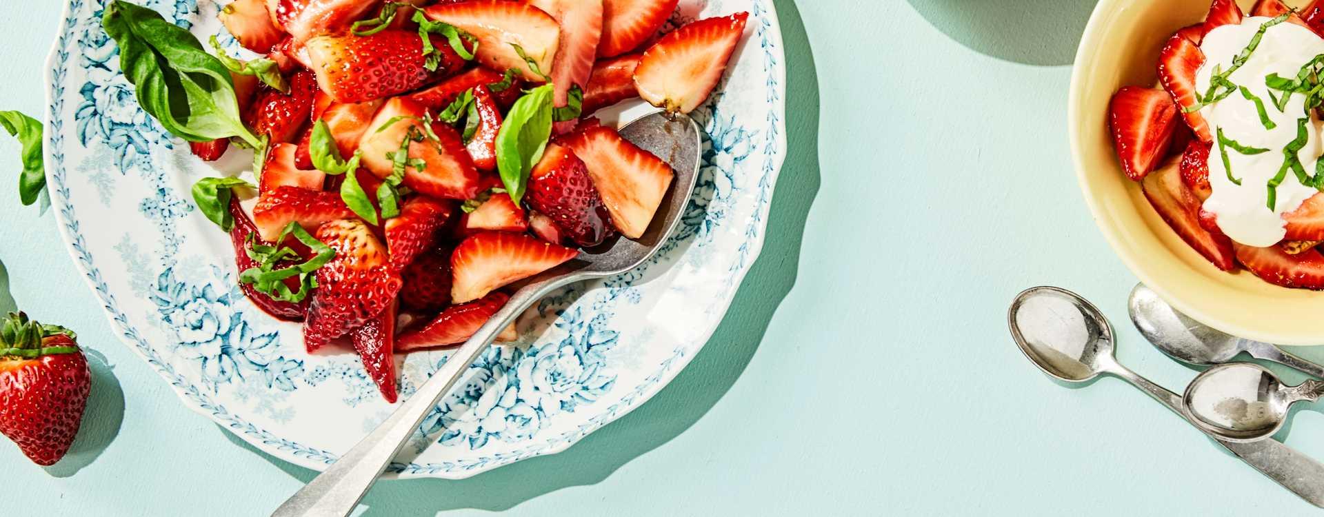 Friske jordbær med crème fraîche og balsamicoeddik