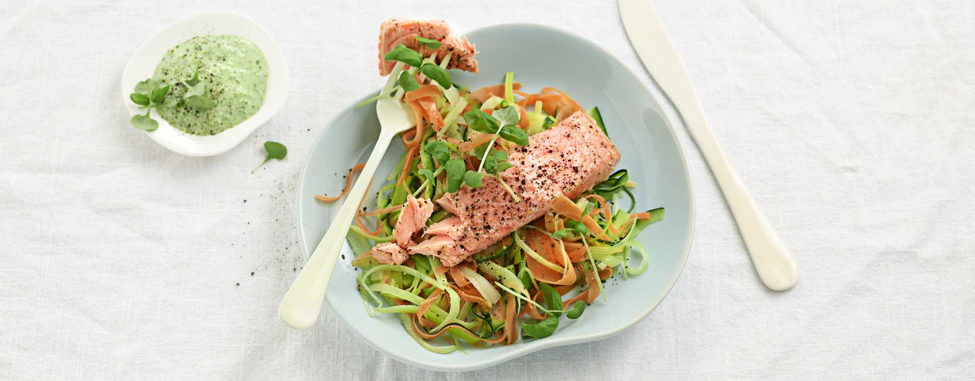 Ovnsbakt laks med grønnsaksspaghetti og spinatrømme med lime