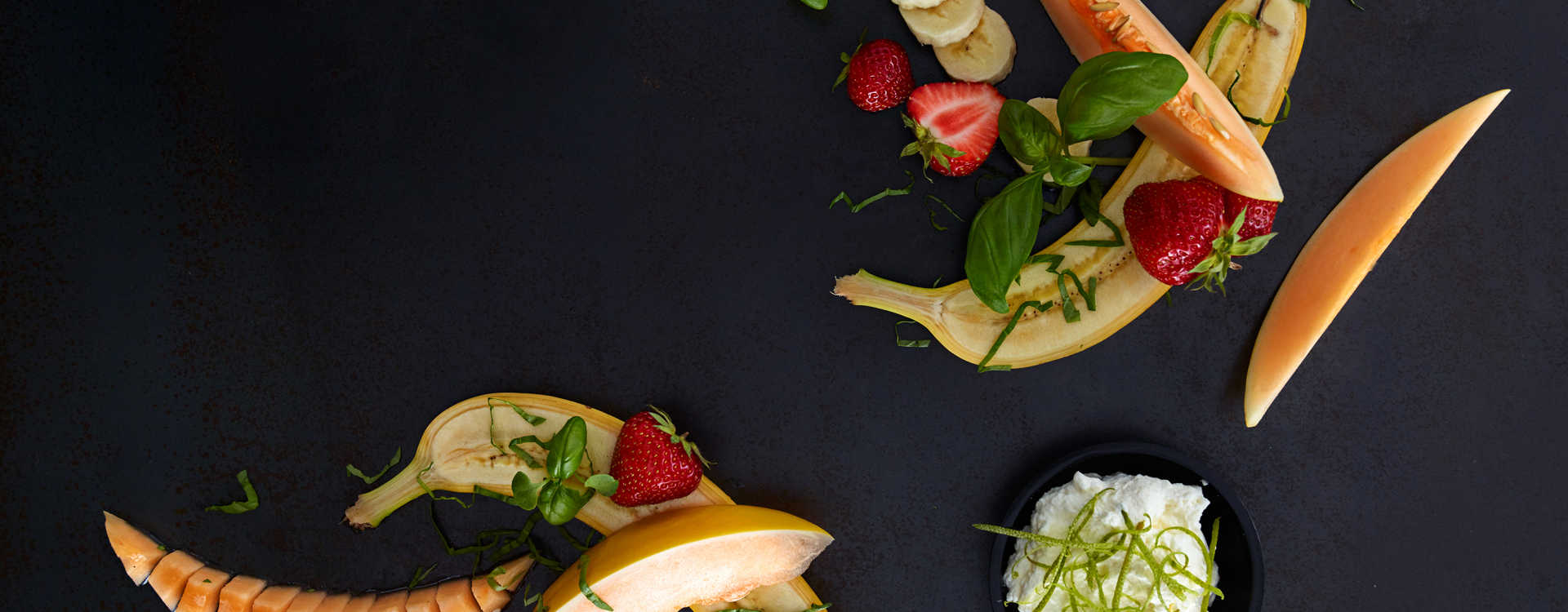Melon-, banan- og jordbærsalat med limekrem og basilikum
