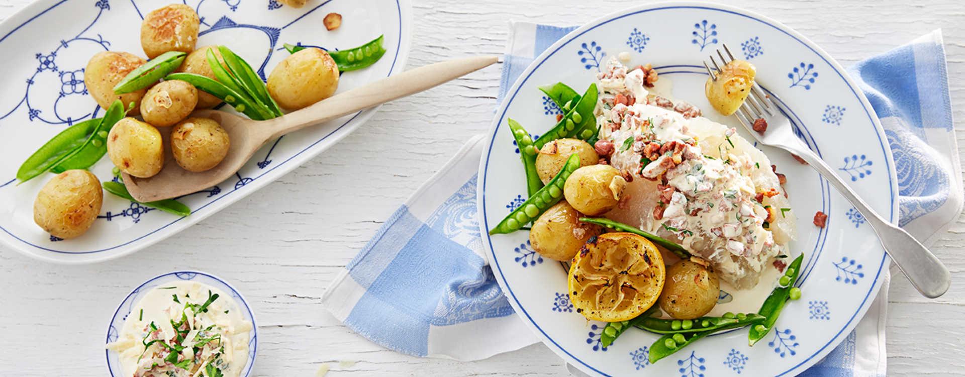 Lutefisk med sitronbakte poteter, baconkrem og sukkererter
