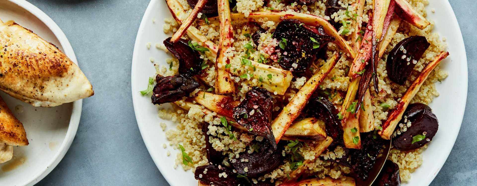 Stekt kyllingfilet med ovnsbakte rødbeter, pastinakk og quinoa