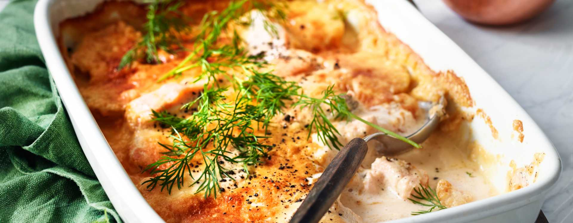 Laksegrateng med dill, poteter og kaviarfløte