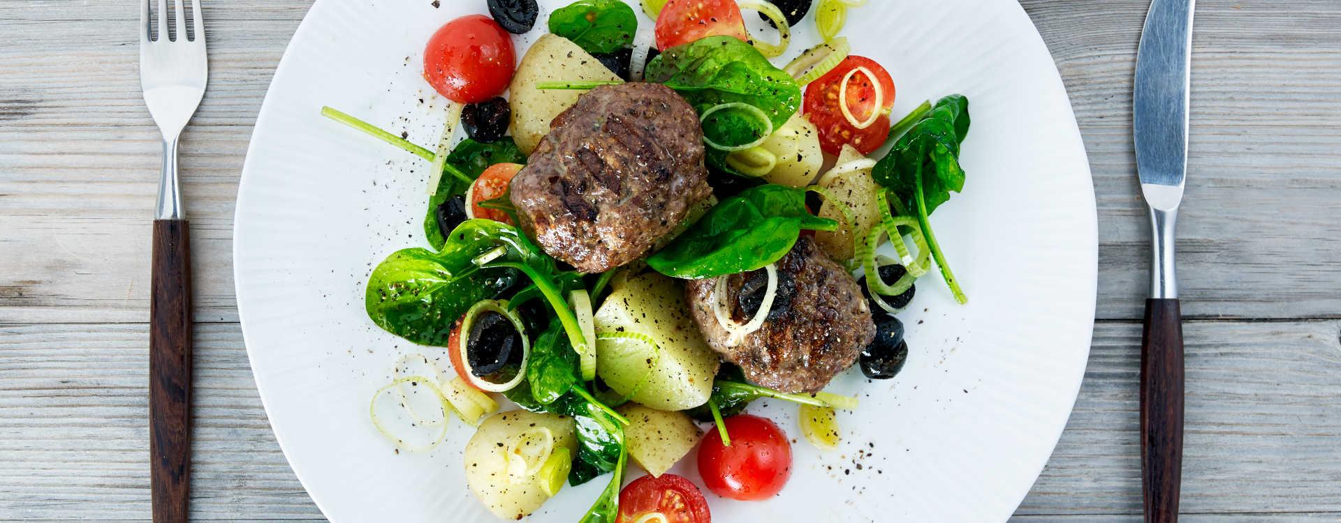 Fylte karbonader med feta på lun potetsalat