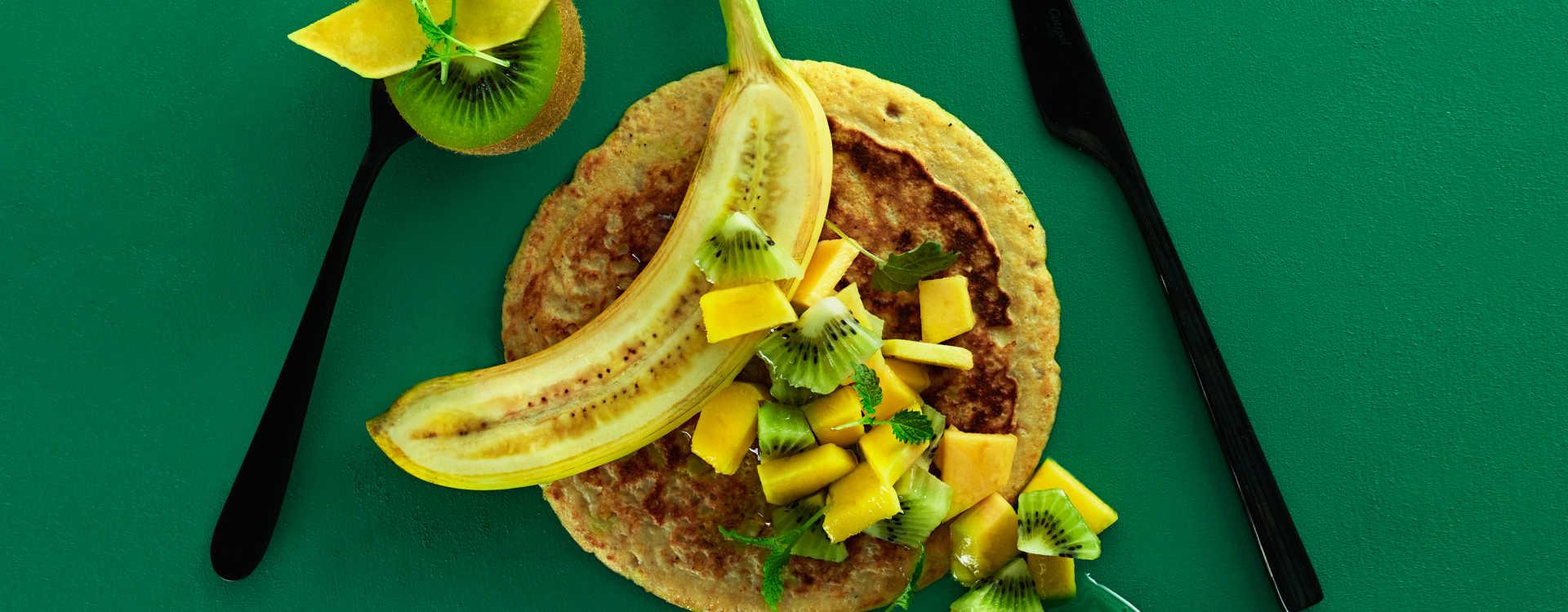 Bananpannekaker med mango og kiwisalat
