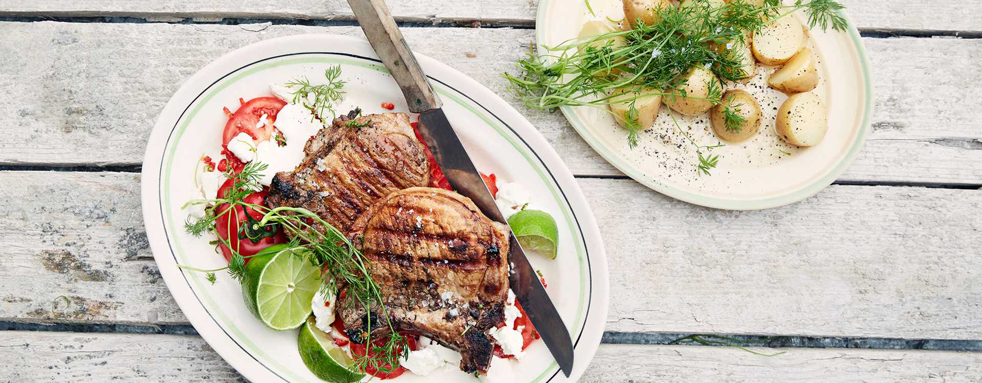 Grillede svinekoteletter med tomat- og fetaostsalat og dillkokte poteter