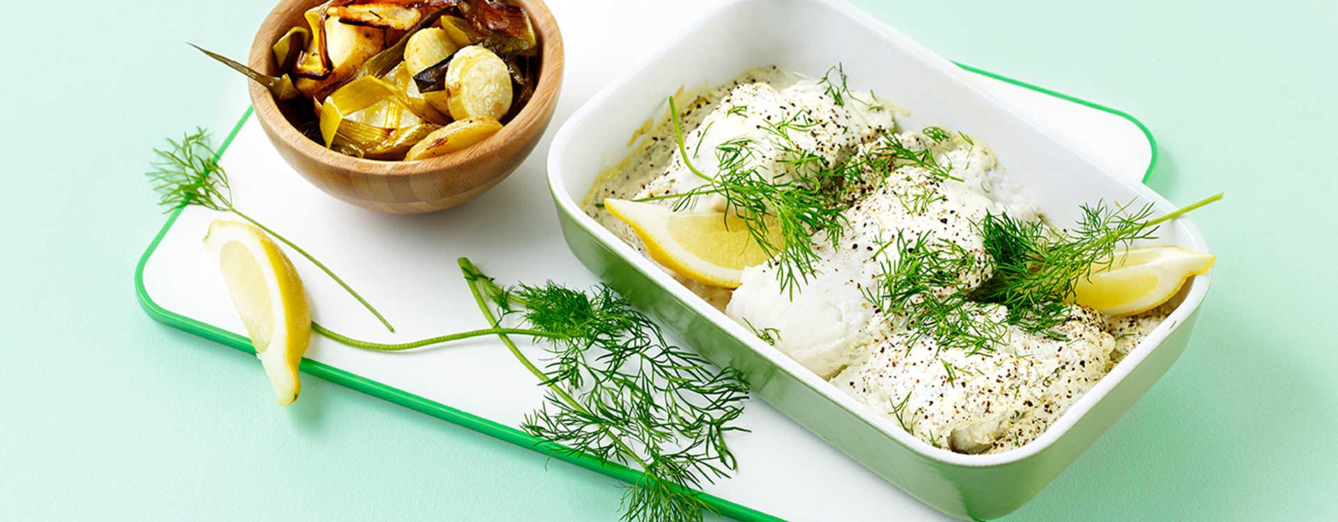 Sitron- og pepperrotbakt steinbit med potetskiver og purre